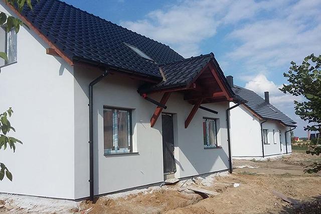 dwa domy jednorodzinne z keramzytu wybudowane w miejscowości radwanice